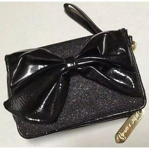 🌸Betsey Johnson patent leather wristlet/clutch